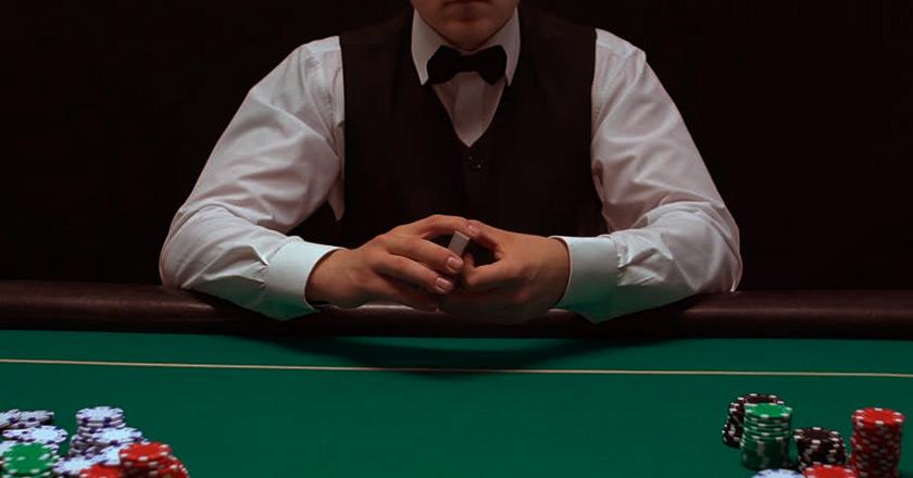 Дилер в покере.